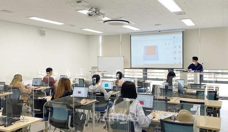 3D 프린팅 출력을 위한 디자인 및 설계 강의를 수강하는 학생들 /사진=대구한의대 제공